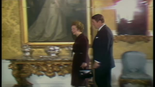 vidéos et rushes de theresa may arrives for meeting with donald trump; lib: 1982: downing street: int ronald reagan along with margaret thatcher during visit to uk/ ext... - président
