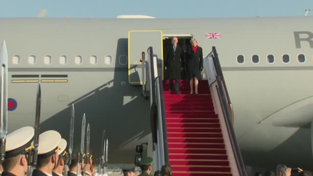 vidéos et rushes de theresa may arrives in beijing; china: beijing: ext chinese soldiers lined up to welcome british delegation / theresa may mp exits aircraft with... - prime minister