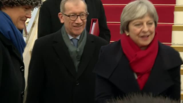 vidéos et rushes de theresa may arrives in wuhan; china: hubei: wuhan: wuhan tianhe international airport: ext theresa may pm and philip may exit aircraft / may thanking... - prime minister
