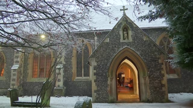 vídeos de stock, filmes e b-roll de theresa may arriving at and departing church england berkshire sonning photography*** theresa may mp and philip may arriving at st andrew's church... - falls church