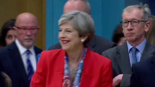 vídeos y material grabado en eventos de stock de theresa may arriving for the count at her maidenhead constituency - distrito electoral