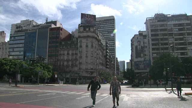 vídeos de stock, filmes e b-roll de theresa may attends g20 summit / brexit debate; argentina: buenos aires: ext almost deserted road junction view over recoleta cemetery with buildings... - buenos aires