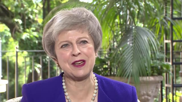 vidéos et rushes de theresa may attends g20 summit / brexit debate argentina theresa may mp interview re brexit as she attends g20 summit buenos aires ext itn reporter... - indépendance