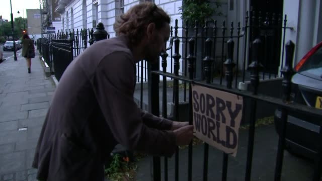theresa may becomes new prime minister: cabinet appointments; man attaching 'sorry world' sign to railings outside home of boris johnson close shot... - prime minister stock-videos und b-roll-filmmaterial