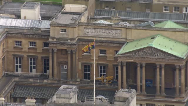handover of power air view royal standard flag flying from buckingham palace - buckingham palace stock videos & royalty-free footage