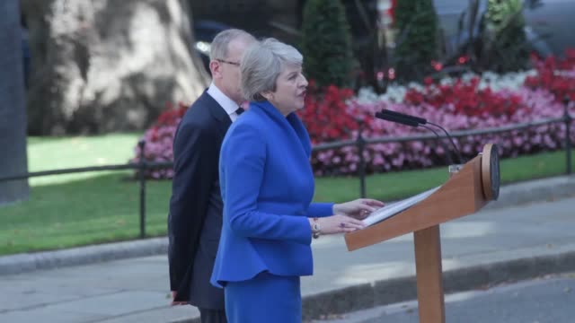 stockvideo's en b-roll-footage met theresa may gives her final speech on the steps of downing street as she steps down as prime minister. she has gone to buckingham palace to tender... - toespraak