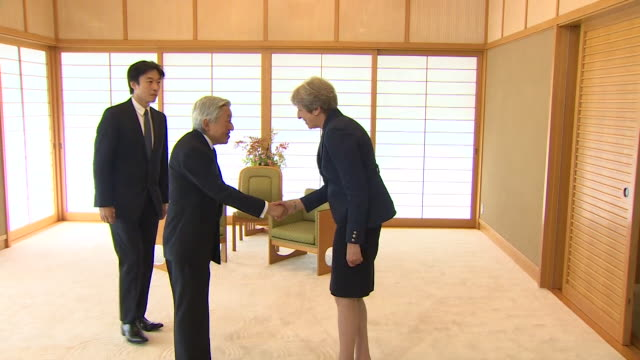vidéos et rushes de theresa may greeting and speaking with emperor akihito of japan - règle de savoir vivre