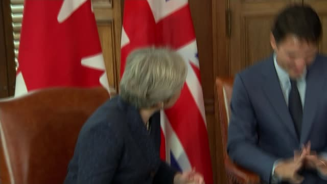 vídeos y material grabado en eventos de stock de theresa may insists government is driven from the front over brexit canada ontario ottawa int theresa may mp chatting to justin trudeau about socks... - calcetín