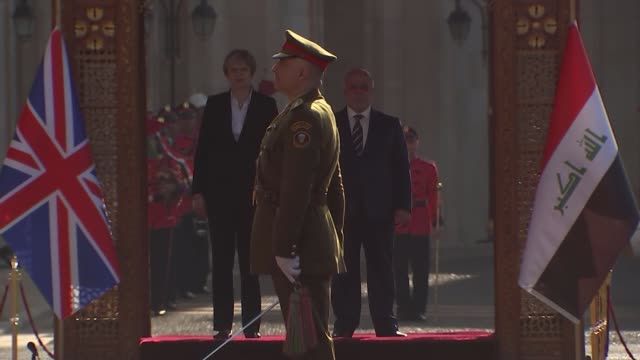 theresa may, meets with iraqi pm, haider al-abadi during secret visit; iraq: baghdad: ext iraqi troops standing to attention on parade ground /... - prime minister点の映像素材/bロール