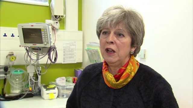 theresa may on a visit to a hospital apologises for delays in admissions to hospital and the postponement of operations january 2018 nnbz199e absa627d - versöhnung stock-videos und b-roll-filmmaterial