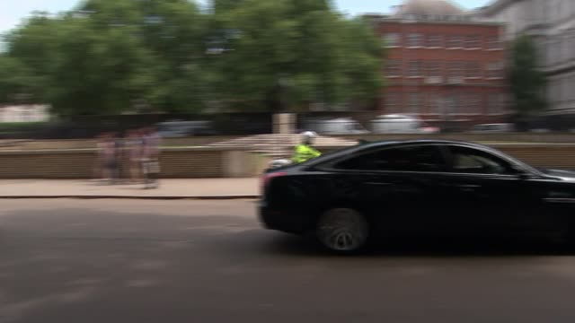 theresa may returns to downing street after final pmqs; england: london: westminster: ext motorcade carrying theresa may mp along to rear gate of... - domande al primo ministro video stock e b–roll