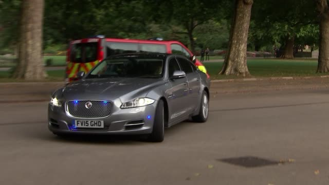 vídeos y material grabado en eventos de stock de theresa may returns to downing street england london westminster ext convoy of cars arriving at rear entrance to downing street / staff out of cars - convoy