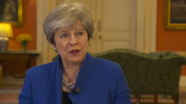 vidéos et rushes de theresa may saying her government are rewriting the rule book when it comes to planning to tackle the shortage of affordable homes - problème de logement