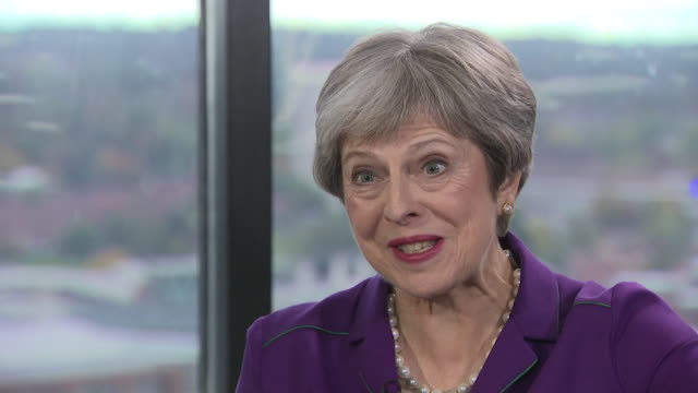 vídeos de stock e filmes b-roll de theresa may saying she didn't listen to boris johnson's speech at the conservative party conference and was instead meeting with activists - conferência partidária