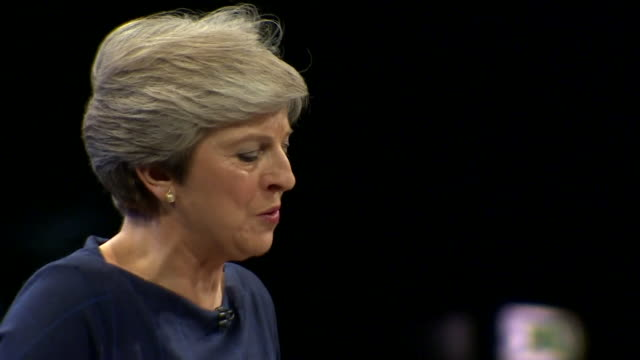 vídeos de stock, filmes e b-roll de theresa may suffering from a cough and being provided with a lozenge by philip hammond during her speech at the conservative party conference - primeiro ministro