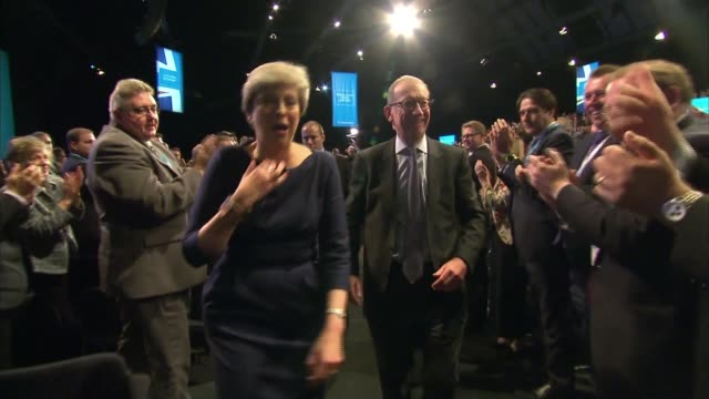 vídeos de stock, filmes e b-roll de theresa may vows to carry on amid rumours of leadership challenge int **music heard sot** theresa may mp walking along with husband philip may after... - marido