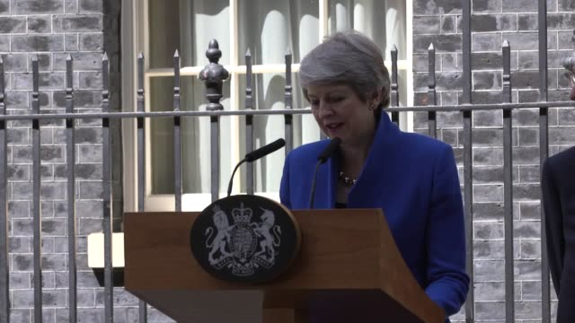theresa may's final speech as prime minister in full mrs may made the speech on downing street before tendering her resignation as prime minister - 辞職点の映像素材/bロール