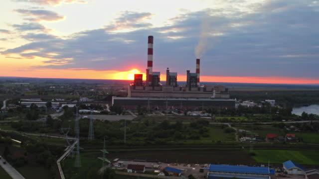 vídeos de stock, filmes e b-roll de usina térmica, tiro aéreo - dióxido de carbono