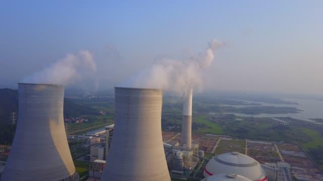 vídeos de stock, filmes e b-roll de central térmica - usina nuclear