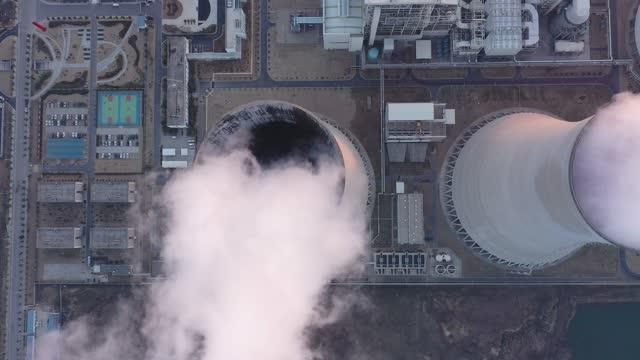vídeos de stock, filmes e b-roll de estação de energia térmica - torre estrutura construída
