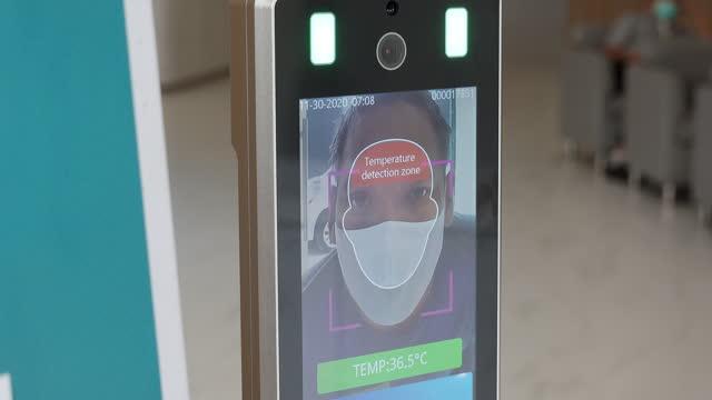 sistema di rilevamento facciale a scansione termica - scansione medica video stock e b–roll