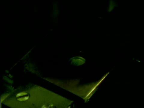 vídeos de stock, filmes e b-roll de thermo luminescence machine plotting graph - papel quadriculado