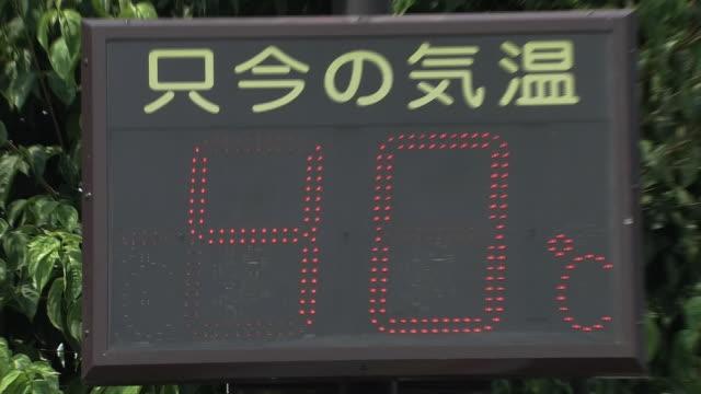 thermometer hits 40 degrees centigrade, gunma, japan - 計測道具点の映像素材/bロール