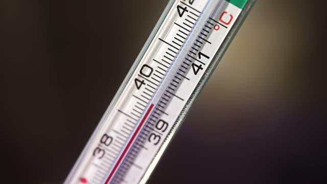 vídeos de stock, filmes e b-roll de termômetro medidas a febre ascendendo - termômetro