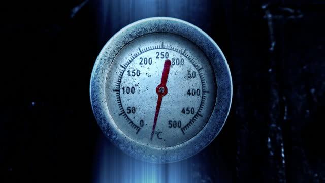 vidéos et rushes de thermomètre montre baisse de température à moins degrés celsius - glacé