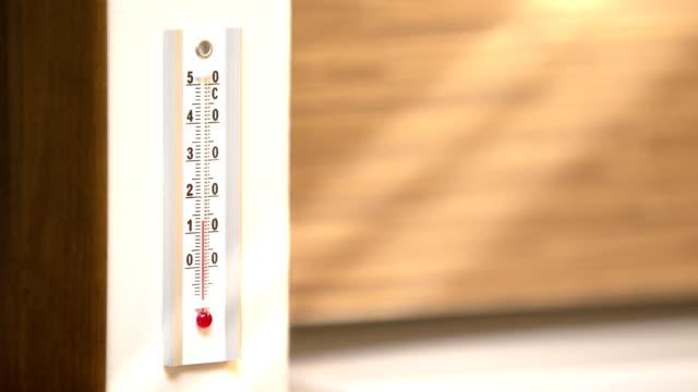 vídeos de stock, filmes e b-roll de termômetro - termômetro