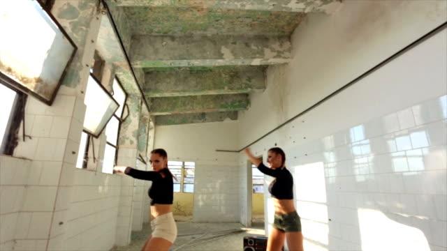 vídeos y material grabado en eventos de stock de ¡estas chicas tienen movimientos! - pared de cemento