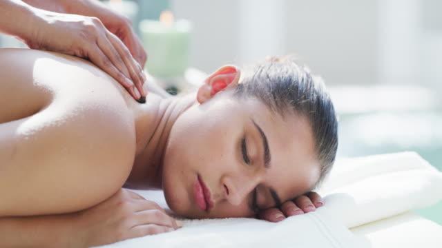 vidéos et rushes de ces pierres pénètrent profondément dans ces muscles endoloris - massage table