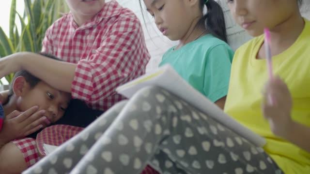 彼らは母親が与えた仕事を楽しんでいる。 - 分校点の映像素材/bロール