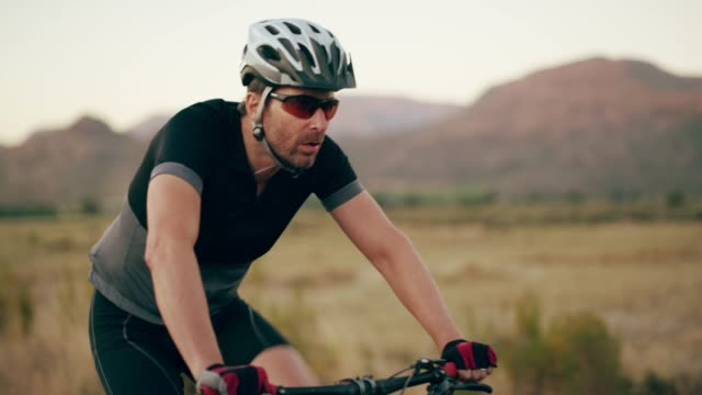 vidéos et rushes de ils se gardent mutuellement - mountain bike