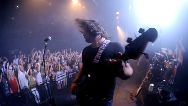 vídeos de stock e filmes b-roll de they know just how to make the crowd go crazy - rocking
