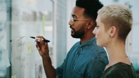 vídeos y material grabado en eventos de stock de siempre están desarrollando nuevas formas de alcanzar el éxito - two people