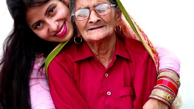 vídeos de stock, filmes e b-roll de eles são avó e filha melhores amigas - família monoparental
