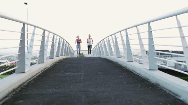 vidéos et rushes de ils sont en voie d'un mode de vie plus sain - vêtement de sport
