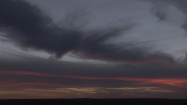 vídeos y material grabado en eventos de stock de thick cirrus clouds spread across a darkening sky. - cirro