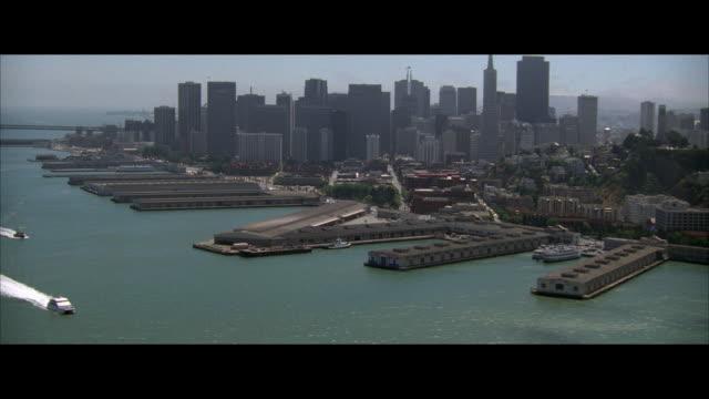 vídeos de stock, filmes e b-roll de aerial thick fog, commercial dock and city skyline, san francisco, california, usa - formato letterbox
