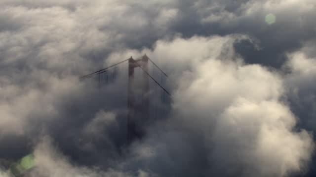 stockvideo's en b-roll-footage met thick, low-lying clouds envelop the golden gate bridge. - baai van san francisco
