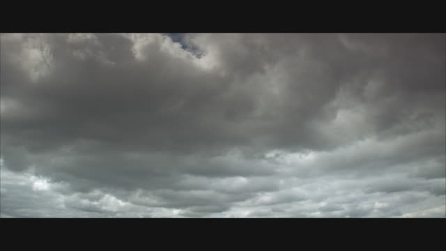 la, ws, thick storm clouds  - bedeckter himmel stock-videos und b-roll-filmmaterial