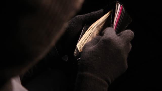 Dief het geld van de gestolen portemonnee