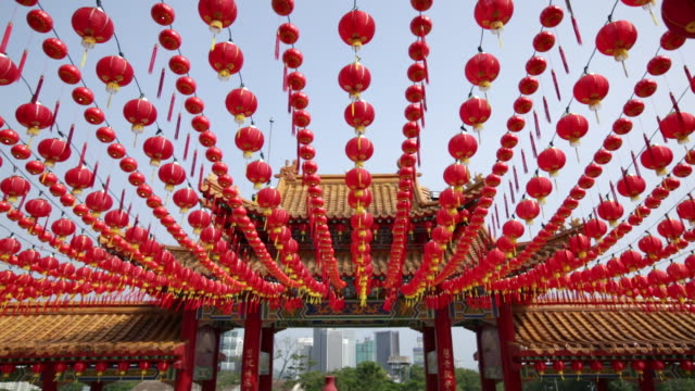 vidéos et rushes de ws thien hou temple gate and lanterns with kuala lumpur city in background - malaysian culture