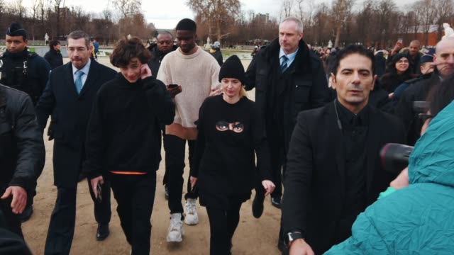 stockvideo's en b-roll-footage met thimothee chalamet arrives at the louis vuitton menswear fall/winter 20192020 show as part of paris fashion week on january 17 2019 in paris france - louis vuitton modelabel