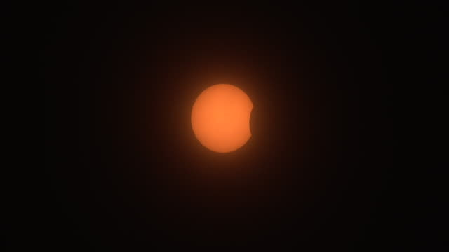 vídeos y material grabado en eventos de stock de a thin veil of clouds move past the sun as the moon begins to come into view on the ride side of the sun's disc in the new york city metro during the... - mancha solar