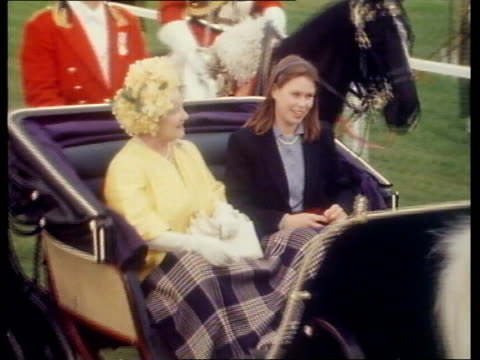 things that went wrong; royal wedding: things that went wrong; windsor queen mother and lady sarah armstrong-jones in open carriage l-r r.h.a. escort... - häst och vagn bildbanksvideor och videomaterial från bakom kulisserna