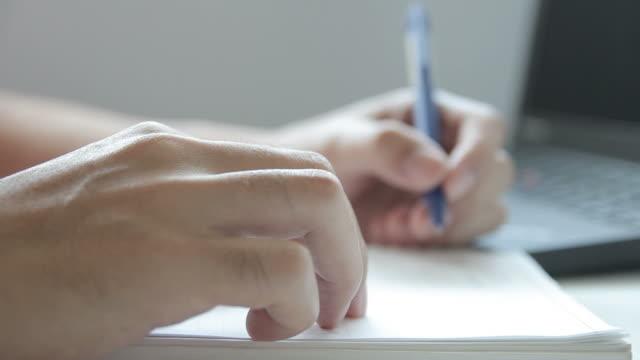 hd: denken und schreiben - menschlicher finger stock-videos und b-roll-filmmaterial