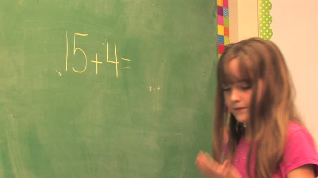 third-grade mathematik (hd - kind im grundschulalter stock-videos und b-roll-filmmaterial