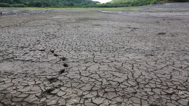 vídeos de stock, filmes e b-roll de thirlmere reservoir which is drying up rapidly due to the ongoing dry weather leading united utilities to introduce a hosepipe ban. july 2018, with old walls revealed by the low water level. - reservatório